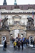 Hradschiner Platz und der Eingang zur Prager Burg.