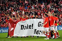 Die Schweizer Mannschaft jubelt mit einem Transparent um sich bei den Fans zu bedanken © Andy Mueller/EQ Images