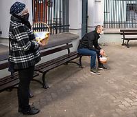 Bialystok, 18.04.2020. Wielka Sobota w Cerkwi Prawoslawnej. Ze wzgledu na epidemie koronawirusa swiecenie wielkanocnych pokarmow odbywalo sie z zachowaniem zasad bezpieczenstwa epidemiologicznego N/z w Katedralnej Cerkwi pw. sw. Mikolaja Cudotworcy do poswiecenia pokarmow wpuszczano, zgodnie z zaleceniami, po 5 osob; kolejka wiernych czekajacych na wejscie do swiatyni fot Michal Kosc / AGENCJA WSCHOD