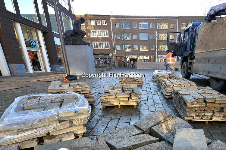 Nederland, Nijmegen, 25-1-2016Een aannemer is begonnen met het vervangen van de tegels, stenen op het nieuwe Plein44. De natuursteen heeft een grof en ongelijk oppervlak waarover vanaf het begin klachten zijn gekomen. Mensen struikelen erover en rolstoelers worden door elkaar geschud. Uiteindelijk heeft de gemeente besloten de bestrating te vervangen.FOTO: FLIP FRANSSEN/ HH