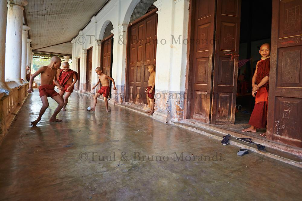 Myanmar (ex Birmanie), Province de Mon, Mawlamyine (Moulmein), moines novices jouant au football // Myanmar (Burma), Mon state, Mawlamyine (Moulmein), young monk playing soccer