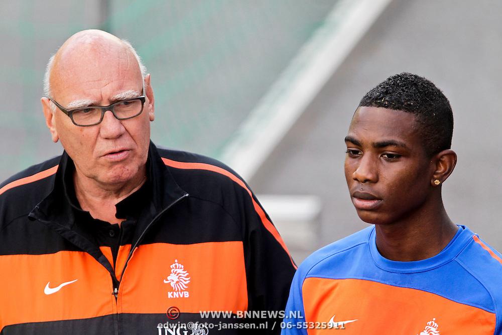 AUS/Seefeld/20100529 - Training NL Elftal WK 2010, Edson Braafheid in gesprek met perschef Kees Jansma
