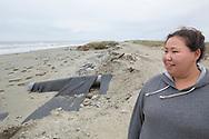Alice Attatayuk Kakoona vid stranden i Shishmaref. Bakom henne syns hur vägen försvunnit. Alaska, USA<br /> <br /> Fotograf: Christina Sjögren<br /> <br /> Photographer: Christina Sjogren<br /> Copyright 2018, All Rights Reserved