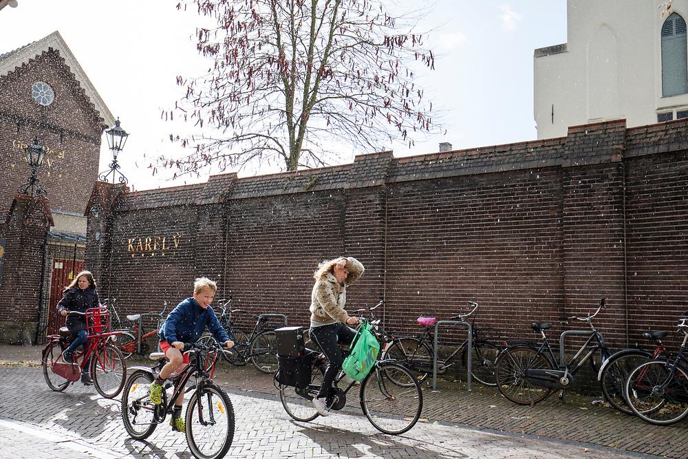In Utrecht rijden fietsers door de regen.<br /> In Utrecht cyclists ride in the rain.