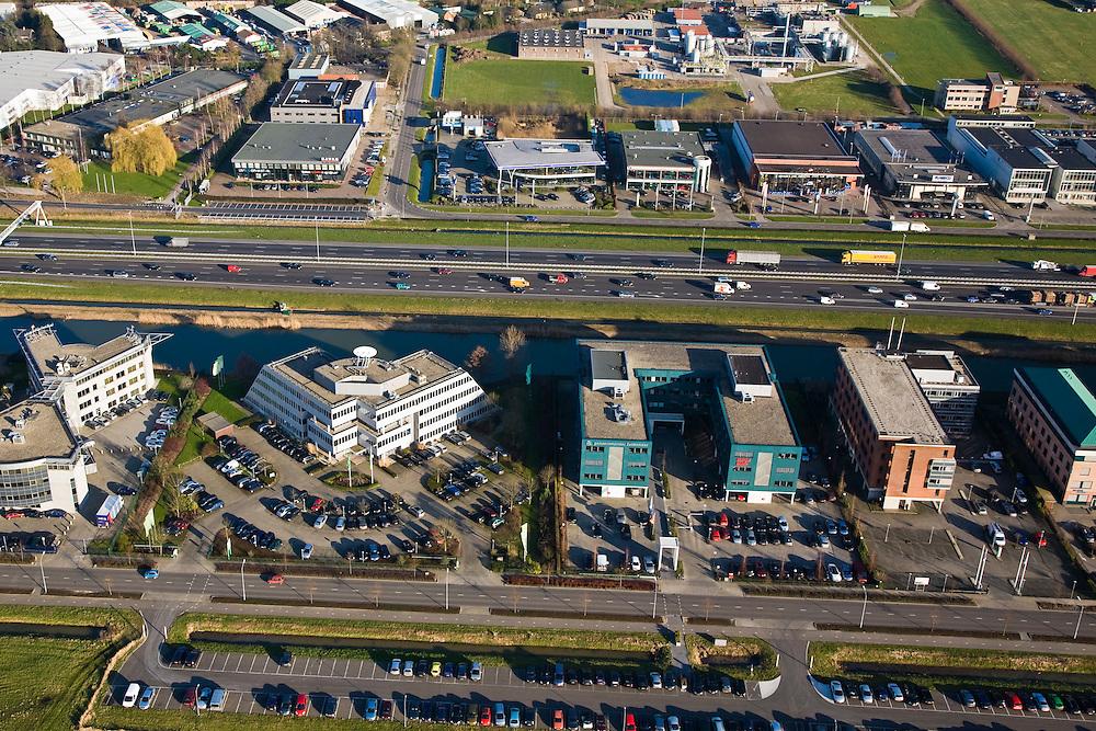 Nederland, Gelderland, Zaltbommel, 11-02-2008; bedrijventerrein aan de Rijksweg A2 met file richting Den Bosch, zogenaamde zichtlokatie; autosnelweg A2, kantoren, showrooms, verschimmeling of verrommeling van het landschap, kantoorpark, bedrijventerreinen, mobiliteit,automobiliteit, file, bereikbaarheid,kantoor,bedrijf..luchtfoto (toeslag); aerial photo (additional fee required); .foto Siebe Swart / photo Siebe Swart