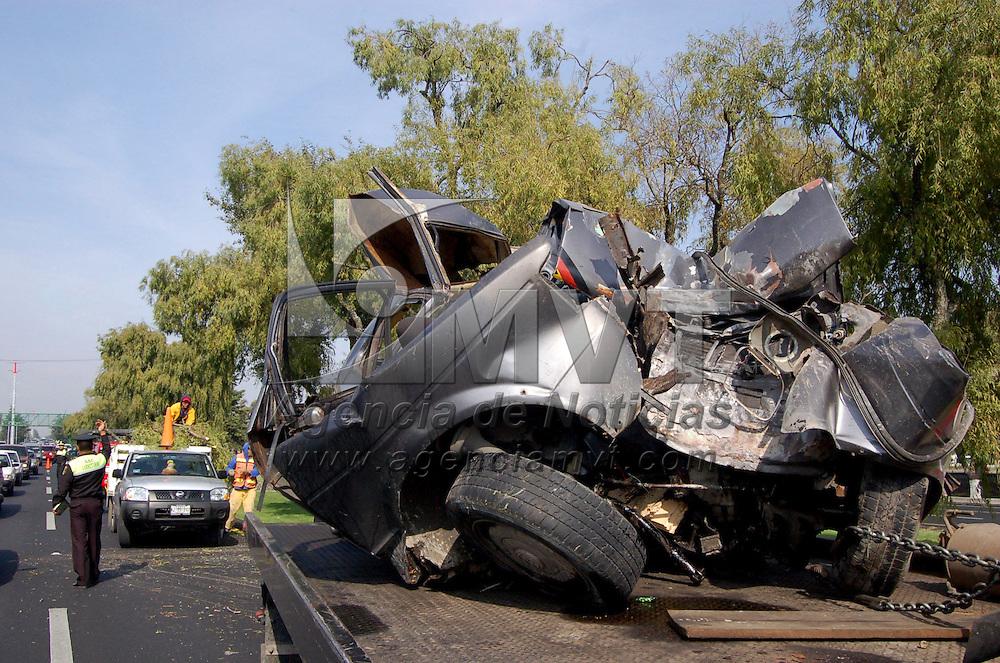 TOLUCA, México.- Un automóvil tipo Golf  quedo destrozado al impactarse con un árbol sobre los carriles centrales de Paseo Tollocan a la altura del Centro Médico ISSEMYM,  solo se registraron daños materiales. Agencia MVT / Francisco C. Velázquez. (DIGITAL)
