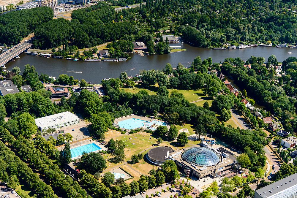 Nederland, Noord-Holland, Amsterdam, 29-06-2018; Amsterdam-Zuid met President Kennedylaan en het De Mirandabad. Ligweiden, buitenbad en koepel van het overdekte zwembad.<br /> De Miranda swimming pool in South-Amsterdam.<br /> <br /> luchtfoto (toeslag op standard tarieven);<br /> aerial photo (additional fee required);<br /> copyright foto/photo Siebe Swart
