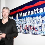 """NLD/Almere/20110624 - Expositie opening Ruud de Wild """"Moving"""" Galerie aan de Amstel, Ruud de Wild bij een van zijn schilderijen"""