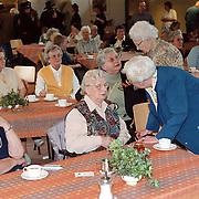 Koninginnedag 2000 Huizen, gezellige ouderenmiddag Visnet