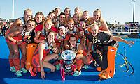 LONDEN - Het Nederlands team met oa keeper Anne Veenendaal (Ned) , Sanne Koolen (Ned) , Kitty Van Male (Ned) , Malou Pheninckx (Ned) , Laurien Leurink (Ned) , Xan de Waard (Ned) , Marloes Keetels (Ned) , Carlien Dirkse van den Heuvel (Ned) ,Kelly Jonker (Ned) , Lidewij Welten (Ned) , Caia Van Maasakker (Ned) , Frederique Matla (Ned) , Ireen van den Assem (Ned) , Laura Nunnink , Lauren Stam (Ned) , keeper Josine Koning (Ned)  , Margot Van Geffen (Ned) , Eva de Goede (Ned) ,  na het winnen van  de finale Nederland-Ierland (6-0) bij  wereldkampioenschap hockey voor vrouwen.  . COPYRIGHT  KOEN SUYK