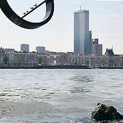 Nederland Rotterdam 9 juli 2010 20100709 Stadsgezicht Kop van Zuid / Noordereiland, rivier de Maas. Op de voorgrond zitten meeuwen in een stalen kunstwerk, een lijn met daaraan een circelvormig object boven de rivier de Maas. Op de achtergrond  appartementen op het Noordereiland en o.a. hoogbouw nieuwbouw het hoogste kantoorgebouw van Nederland De Maastoren op de Kop van Zuid. , stadgezicht, stads, stadsaanzicht, stadsbeeld, stadscentrum, stadsdeel, stadse, stadsgezicht, stadshaven, stadshavens, stadslandschap, stadsontwikkeling, stadsuitbreiding, stadsuitbreidingslocaties, stadsvernieuwing, stalen, stedebouw, stedelijk gebied, stedelijk lokatie, stedelijke, stedelijke planning, stedelijke vernieuwing, steden, stedenbouw, steeds, steedse, stilleven, straatbeeld, straatgezicht, street scenery, streetscene, sunshine, the netherlands, the sky is the limit, toren, torens, tower, uitbreidingsgebieden, urban landscape, urbanisatie, urbanisering, urbanisme, urbanistisch, urbanistische, vastgoed, vernieuwing, vernieuwing stedelijk, vogel, vogels, vrij, water, water level, Water Management Authority, waterbeheer, Waterbeheerplan, watergang, waterhuishouding, waterlevel, watermanagement, watermassa, waterniveau, Waterpeil, waterplan, wolkenkrabber, wolkenkrabbers, wonen aan het water, woningblok, woningblokken, woningen, woonblok, woonblokken, zonnig weer, skyline, Skyscraper, skyscrapers, staal, staaldraad, staaldraden, stad, stadachtig Foto: David Rozing