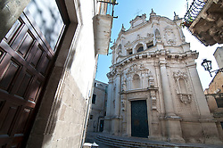 Lecce - Chiesa di San Matteo. Indirizzo: Via Federico D'Aragona - Lecce..Si tratta di una chiesa barocca del centro storico di Lecce. Fu costruita nella seconda metà del XVII secolo, sui disegni di Giovann'Andrea Larducci di Salò. Sostituì un'antica cappella quattrocentesca dedicata all'apostolo Matteo, cui era annesso un convento di Francescane. La posa della prima pietra avvenne nel 1667, ad opera del vescovo leccese Luigi Pappacoda, e fu ultimata nel 1700. Dal 30 aprile 1810 è sede della parrocchia di Santa Maria della Luce, eretta il 16 marzo 1606 in una chiesa omonima fuori le mura e qui trasferita dopo la soppressione del monastero delle Francescane.