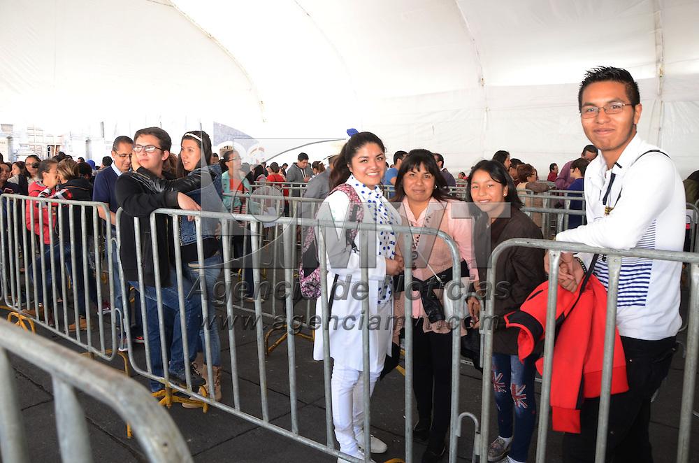 TOLUCA, Mexico (Noviembre 05,2016) .- la Capilla Sixtina, en la Plaza de los Mártires de Toluca, abrió sus puertas al público donde se registró una gran afluencia de personas, grupos de familias y grupos de jóvenes, en el primer día, en punto de las 10:00 de la mañana empezaron a entrar para admirar las grandes imágenes que se exhiben. Agencia MVT. José Hernández.