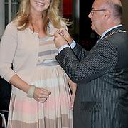 NLD/Huizen/20110429 - Lintjesregen 2011, Linda de Mol word haar KO opgespeld door burgemeester Fons Hertog
