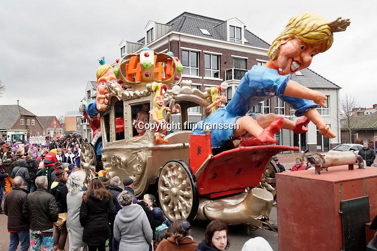 Nederland, Malden, 22-2-2020Carnavalsoptocht in dit dorp. bewoners hebben wegens gebrek aan sneeuw deze winter een kanon met zeepsop buiten gezet tot grote pret van iedereen . Foto: Flip Franssen