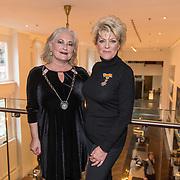 NLD/Amsterdamt/20180930 - Annie MG Schmidt viert eerste jubileum, Simone Kleinsma is door  burgemeester van Blaricum Joan de Zwart-Bloch geridderd als officier in de Orde van Oranje-Nassau