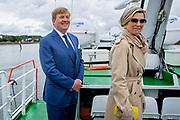 Koning Willem Alexander en koningin Maxima maken een vaartocht door de haven van Cork tijdens de derde dag van het staatsbezoek aan Ierland. <br /> <br /> King Willem Alexander and Queen Maxima make a boat trip through Cork harbor on the third day of the state visit to Ireland.