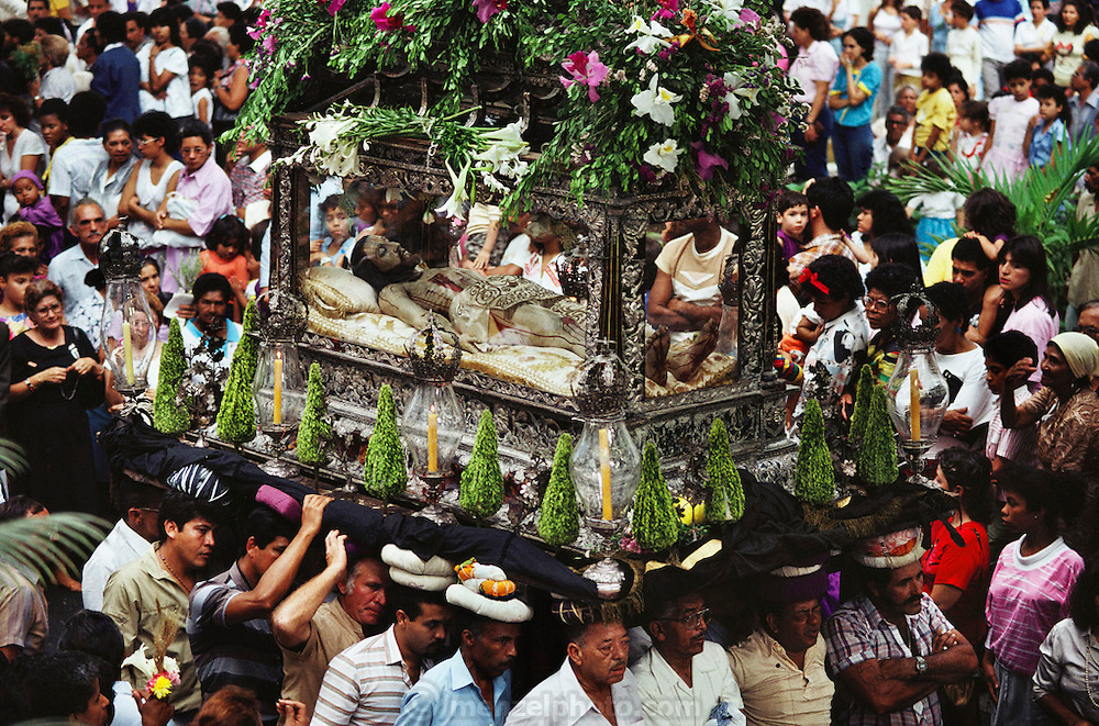 VEN_01_xs.A procession carrying a float of a dead Christ in a glass coffin in Caracas, Venezuela during Holy week/ Easter..