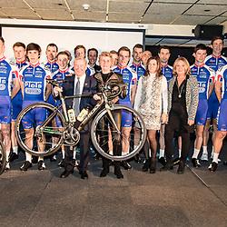 19-02-2016: Wielrennen: Teampresentatie Cyclingteam Jo Piels: Venray  <br />VENRAY (NED) wielrennen<br />In de Witte Hoeve in Venray werd het cyclingteam Jo Piels gepresenteerd. De ploeg was in 2015 een van de uitblinkers in de topcompetitie. Alweer het elfde seizoen als hoofdsponsor Jo Piels. De bijna 80 jarig wielerliefhebber toont met trots het matriaal geleverd door Eddy Merckx.