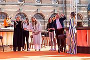 DEN HAAG, 27-04-2021, Paleis Noordeinde<br /> <br /> Vanaf het terrein van Paleis Noordeinde sluiten The Streamers Koningsdag feestelijk af. Op het binnenplein van het Koninklijk Staldepartement geven The Streamers het tweede concert van hun 'Holland Tour'. Foto: Brunopress/Patrick van Emst<br /> <br /> King Willem-Alexander, Queen Maxima with their daughters Princess Amalia, Princess Alexia and Princess Ariane during King's Day 2021<br /> <br /> Op de foto: Koning Willem-Alexander, Koningin Maxima met hun dochters Prinses Amalia, Prinses Alexia en Prinses Ariane met Maan de Steenwinkel