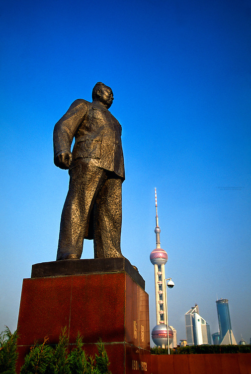 Statue of Mao Zedong in Huangpu Park on the Bund (Oriental Pearl Tower in Pudong in the background), Shanghai, China