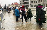 Bialystok, 18.12.2020. Akcja bialostockiego magistratu wymiany sztucznych choinek bozonarodzeniowych na drzewka naturalne. Kazdy, kto przyniosl plastikowa choinke, otrzymal swierk w doniczce. Urzad miejski przygotowal 100 drzewek dla mieszkancow fot Michal Kosc / AGENCJA WSCHOD