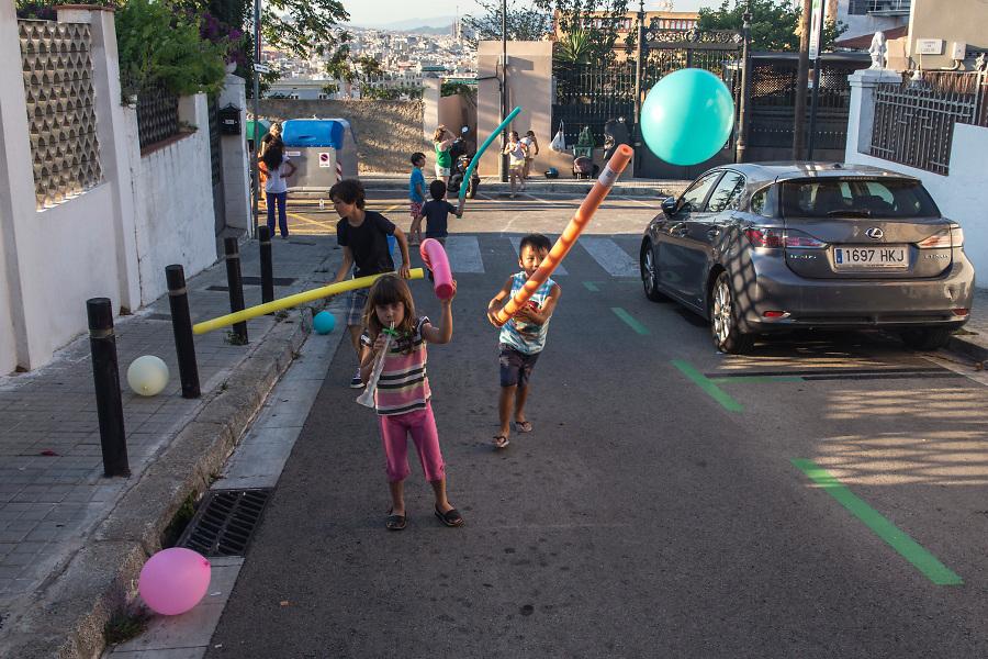 /ES/ Niños jugando durante la fiesta mayor de la calle Julià.