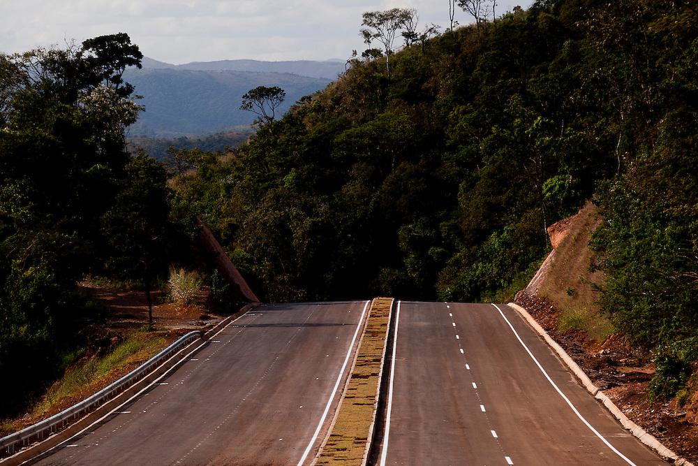 Nova lima_MG, Brasil...Rodovia entre Nova Lima e Morro do Chapeu que se liga a BR-040...The highway between Nova Lima and Morro do Chapeu that binds the BR-040...Foto: BRUNO MAGALHAES / NITRO