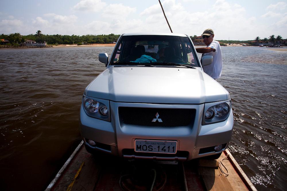 Natal_RN, Brasil...Travessia de mini-balsa sobre o rio Ceara Mirim, litoral Norte de Natal, Rio Grande do Norte...The small ferry boat in the Ceara Mirim river, Natal North Coast, Rio Grande do Norte...Foto: LEO DRUMOND / NITRO