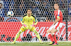19.06.2016, Stade Pierre Mauroy, Lille, FRA, UEFA Euro, Frankreich, Schweiz vs Frankreich, Gruppe A, im Bild Yann Sommer (SUI), Stephan Lichtsteiner (SUI) // Yann Sommer (SUI), Stephan Lichtsteiner (SUI) during Group A match between Switzerland and France of the UEFA EURO 2016 France at the Stade Pierre Mauroy in Lille, France on 2016/06/19. EXPA Pictures © 2016, PhotoCredit: EXPA/ JFK