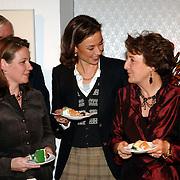 NLD/Apeldoorn/20051216 - Prinses Margriet en schoondochters bezoeken tentoonstelling Bruiden van Het Loo, prinses Marilene van den Broek, Annet Sekreve en prinses Margriet