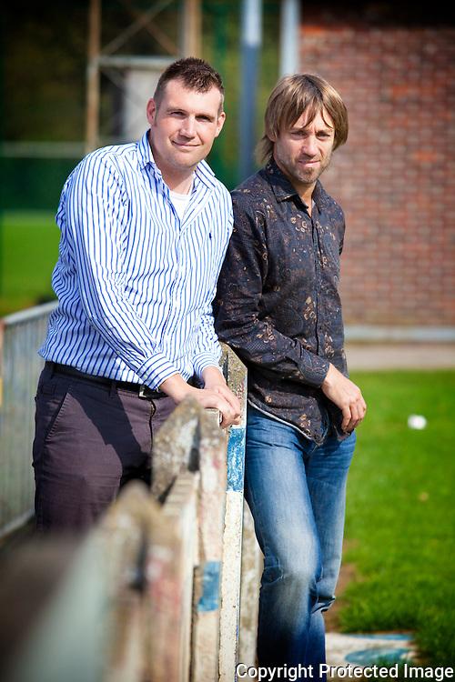 364116- dubbelinterview met Geert Van Dessel, trainer van Oosterzonen( donker hemd), en Stijn Geys, trainer van Witgoor ( licht hemd )