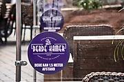 Nederland, Nijmegen, 30-5-2020 Per 1 juni mogen de cafes en andere horeca weer open en bedienen op terrassen voor 30 mensen en met anderhalve meter tussenruimte . De horeca is al enkele weken gesloten vanwege de coronadreiging maar de regering laat het normale dagelijks leven weer langzaam opstarten . Personeel in de  horeca meet de ruimte die er is om mensen toe te laten . . Unlock,beperkende,beperkingen, cafe, opheffen,versoepelen,versoepeling , opengooien, meten, centimeter, opmeten,voorbereiden,voorbereiding, opgooien, Foto: Flip Franssen