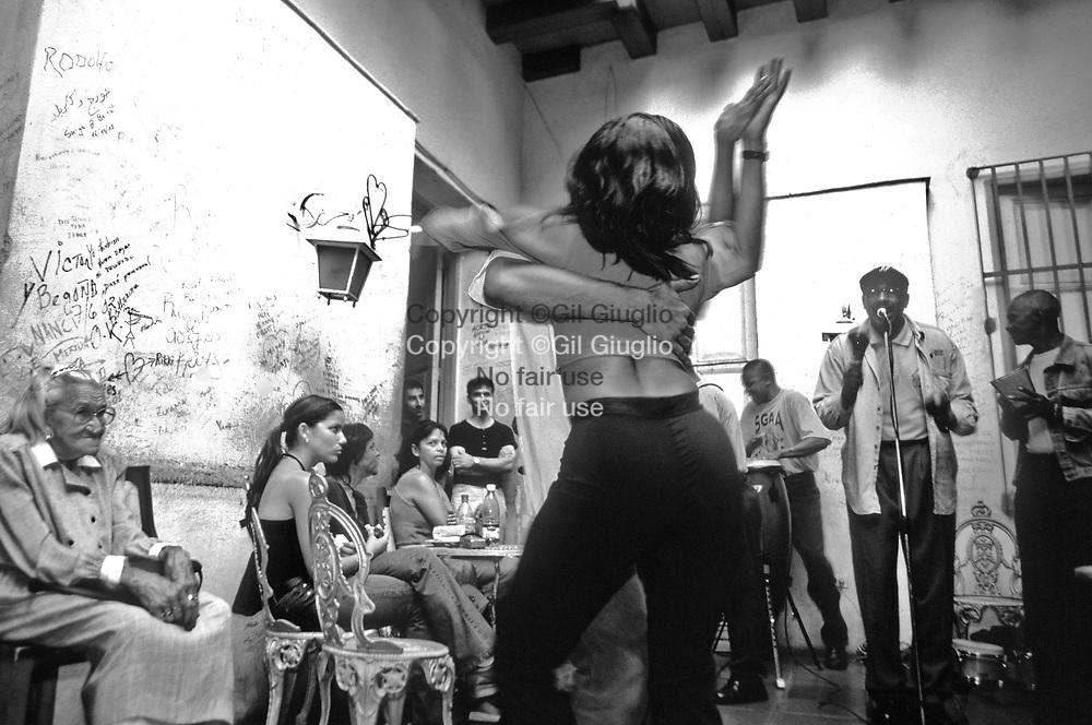 Cuba, Santiago de Cuba, salsa arrière cour du bar Cas-de-la-Trova // Cuba , Santiago de Cuba , salsa dance in courtyard of Casa de la Trova bar