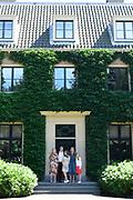 Zomerfotosessie 2018 bij Villa de Eikenhorst in Wassenaar<br /> <br /> Summer photo session 2018 at Villa de Eikenhorst in Wassenaar<br /> <br /> Op de foto / On the photo:  Koning Willem-Alexander en koningin Maxima met hun dochters prinses Amalia, prinses Ariane en prinses Alexia <br /> <br /> King William Alexander and Queen Maxima with their daughters Princess Amalia, Princess Ariane and Princess Alexia