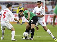 BILDET INNGÅR IKKE I FASTAVTALENE MEN MÅ KJØPES SEPARAT<br /> <br /> Fotball<br /> Tyskland<br /> Foto: imago/Digitalsport<br /> NORWAY ONLY<br /> <br /> 16.10.2011  <br /> Hannover s Mohammed Abdellaoue (M) against Koeln s Ammar Jemal (R) and Koeln s Sascha Riether<br /> <br /> Bundesliga 1.FC Köln v Hannover 96