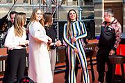 DEN HAAG, 27-04-2021, Paleis Noordeinde<br /> <br /> Vanaf het terrein van Paleis Noordeinde sluiten The Streamers Koningsdag feestelijk af. Op het binnenplein van het Koninklijk Staldepartement geven The Streamers het tweede concert van hun 'Holland Tour'. Foto: Brunopress/Patrick van Emst<br /> <br /> King Willem-Alexander, Queen Maxima with their daughters Princess Amalia, Princess Alexia and Princess Ariane during King's Day 2021<br /> <br /> Op de foto: Prinses Amalia, Prinses Alexia en Prinses Ariane met Maan  en Frank Lammers