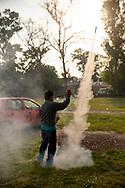 02 junio 2021, Tultepec, Estado de México. Pirotécnico dispara un cohetón en una celebración en honor a San Juan de Dios.