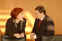 16 JAN 2002, BERLIN/GERMANY:<br /> Heidemarie Wieczorek-Zeul, SPD, Bundesentwicklungshilfeministerin, und Christoph Zoepel, SPD, Staatsminister im Auswaertigen Amt, im Gespraech, vor Beginn der Kabinettsitzung, Bundeskanzleramt<br /> IMAGE: 20020116-01-006<br /> KEYWORDS: Kabinett, Sitzung, Christoph Zöpel