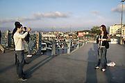 Turkije, Istanbul, 4-6-2011Vrouwen en mannen op de Galata brug. Foto: Flip Franssen