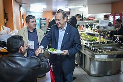 """O candidato a governador do Estado pela coligação """"O Rio Grande Merece Mais"""", Vieira da Cunha, durante almoço em restaurante popular de Alvorada. FOTO: Jefferson Bernardes/ Agência Preview"""
