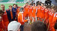 NEW DELHI -  Bondscoach Paul van Ass spreekt het team toe  na de gewonnen kwartfinale van  de finaleronde van de Hockey World League tussen de mannen van Nederland en Duitsland (2-1) . ANP KOEN SUYK