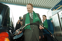 04 APR 2001, BERLIN/GERMANY:<br /> Juergen Trittin, B90/Gruene, Bundesumweltminister, befuellt ein Ergasfahrzeug mit dem Kraftstoff Erdgas, anlaesslich der Inbetriebnahme der Ersten Ersgas Zapfsaeule Berlins, Elf Tankstelle, Holzmarkt Str. 36<br /> IMAGE: 20010404-01/02-01<br /> KEYWORDS: Jürgen Trittin, Auto, Car, tanken