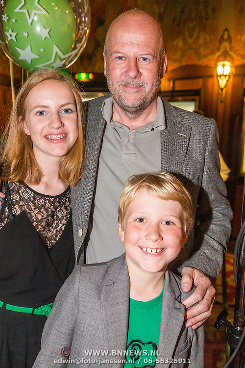 NLD/Amsterdam/20160716 - Groene loper première Meester Kikker, Diederik van Vleuten met zoon Bobby en dochter Lizzy
