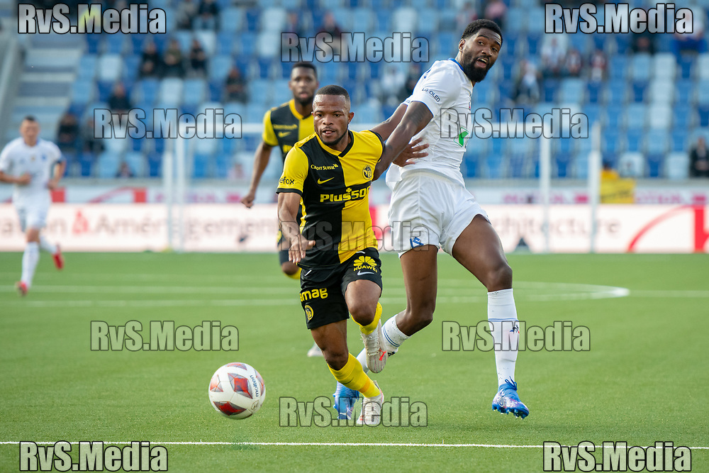 LAUSANNE, SWITZERLAND - SEPTEMBER 22: Meschack Elia #15 of BSC Young Boys carries the ball in front of Elton Monteiro #6 of FC Lausanne-Sport during the Swiss Super League match between FC Lausanne-Sport and BSC Young Boys at Stade de la Tuiliere on September 22, 2021 in Lausanne, Switzerland. (Photo by Basile Barbey/RvS.Media/)