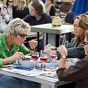 Nederland Rotterdam 08 augustus 2010 20100808  Horecagelegenheid de Tuin in Rotterdam, mensen genieten van het zomerweer op het terras. Salade eten. Foto: David Rozing
