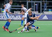 AMSTELVEEN - Dennis Warmerdam (Pinoke) met Lars Balk (Kampong)    tijdens   hoofdklasse hockeywedstrijd mannen, Pinoke-Kampong (2-5) . COPYRIGHT KOEN SUYK