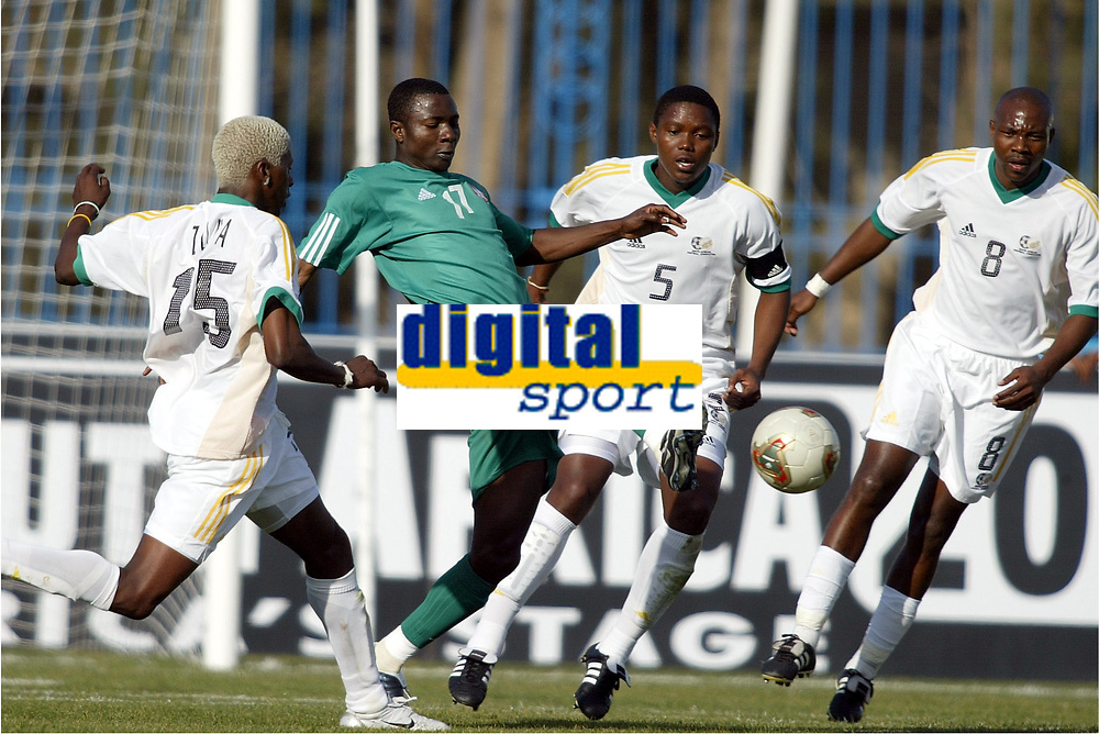 Fotball<br /> African Nations Cup 2004<br /> Afrika mesterskapet 2004<br /> Foto: Digitalsport<br /> NORWAY ONLY<br />  FIRST ROUND - GROUP D - 040131 - NIGERIA v SOUTH AFRICA - JULIUS AGHAHOWA (NIG) / SIBUSISO ZUMA / MBULELO MABIZELA (RSA) - PHOTO JEAN MARIE HERVIO / Digitalsport