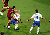 1:0 Tor v.l. Torschuetze Maniche, Andre Oijer, Joris Mathijsen Niederlande<br /> Fussball WM 2006 Achtelfinale Portugal - Niederlande<br />  Portugal - Nederland<br /> Norway only