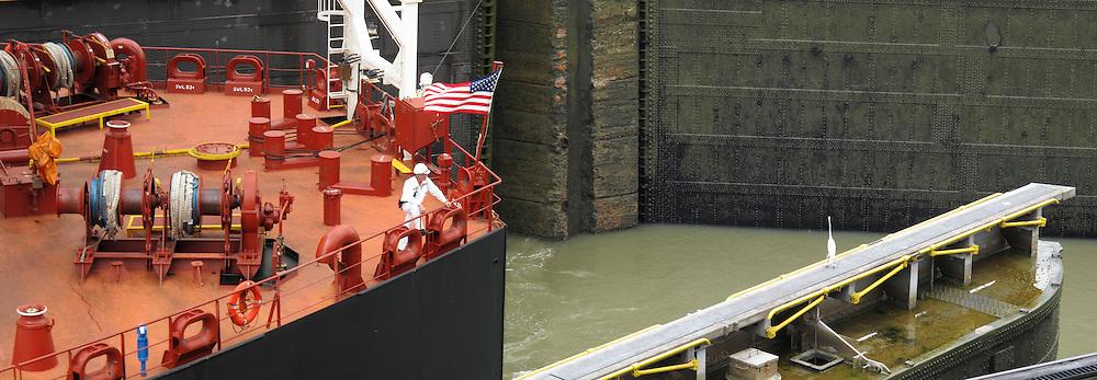 Memorias / Buque Overseas Anacortes cruzando el Canal de Panamá. <br /> <br /> Memories / Overseas Anacortes vessel crossing the Panama Canal.<br /> <br /> Panorámica de 2 fotografías / Panoramic image of 2 photographs.<br /> <br /> Edición de 25 | Víctor Santamaría.